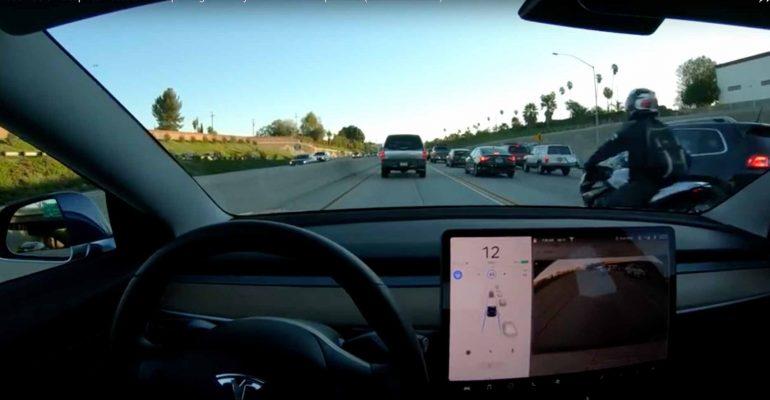 Video: Tesla autopilot update ziet motorfietsen