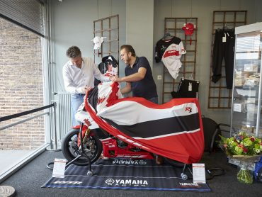 Trotse eigenaar ontvangt Yamaha R1 GYTR 20th Anniversary