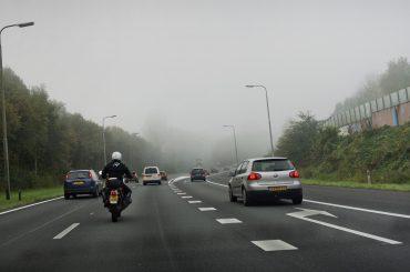 Bumperkleven en smartphonegebruik grootste ergernissen in het verkeer