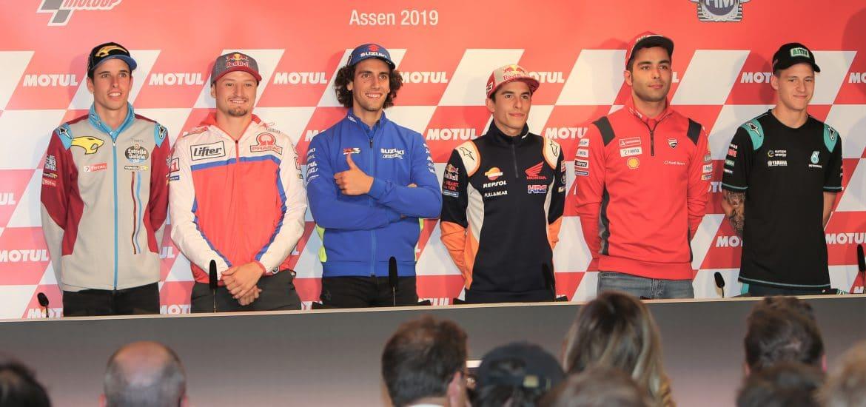 Alex Marquez, Miller, Rins, Marc Marquez, Petrucci en Quartararo tijdens de officiële TT-persconferentie.