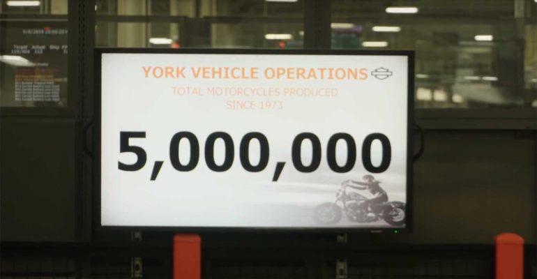 Vijf miljoenste Harley-Davidson rolt in York van assemblagelijn