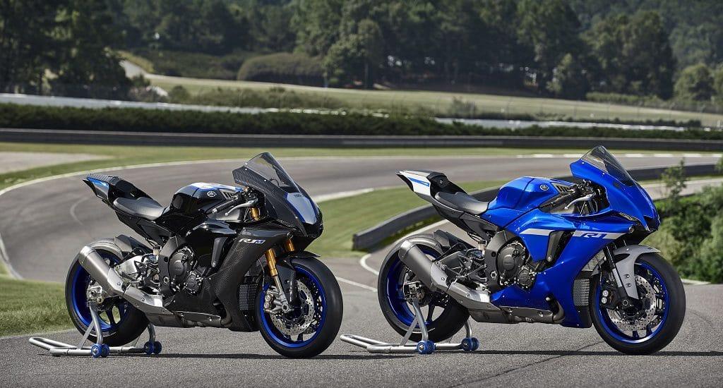 Links de 2020 Yamaha YZF-R1M en rechts de YZF-R1