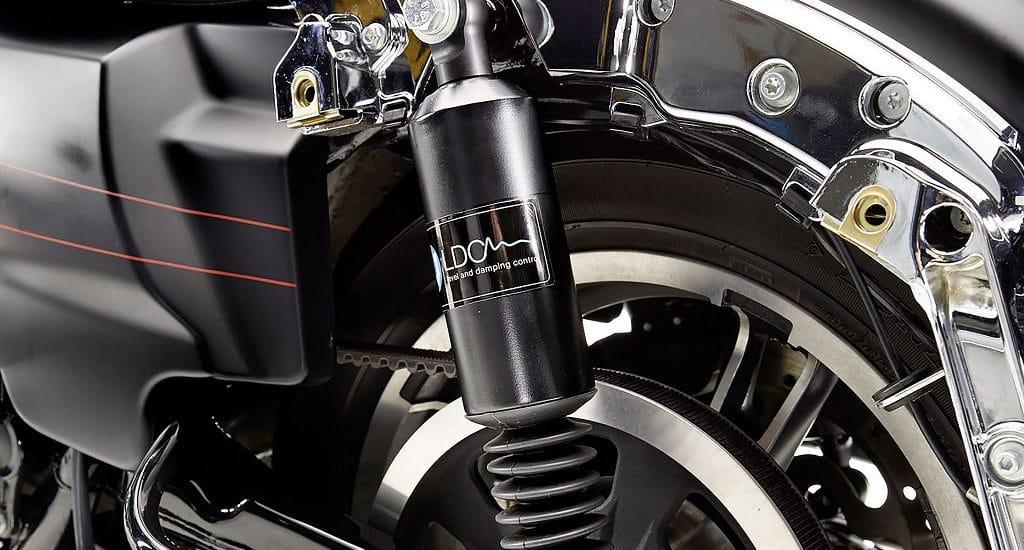 LDC-Nivomat op een Harley-tourer. Normaal gesproken verstopt achter de koffer.