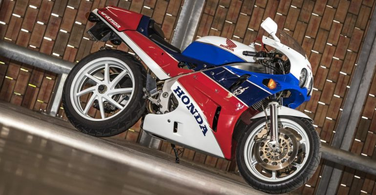 Zondagmorgenfilm: Honda RC30 in detail