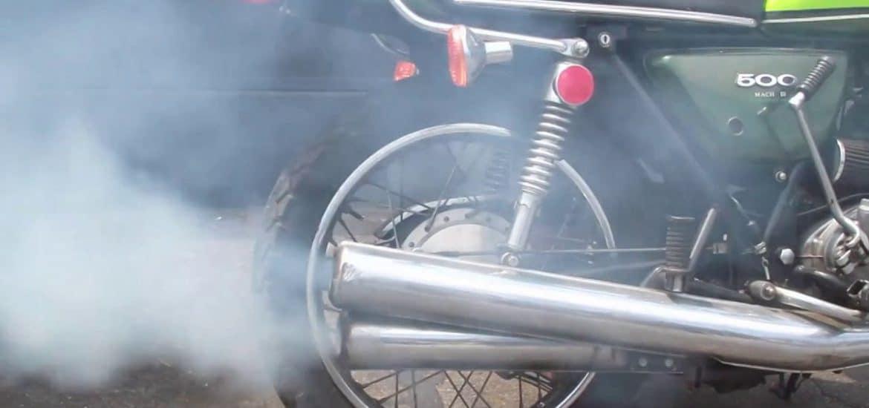 rokende uitlaat motorfiets