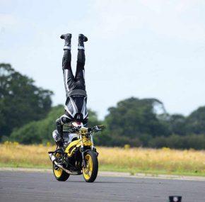 Handstand op motor met 122 km/u