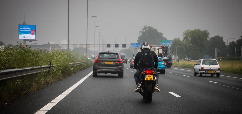 motorrijder op snelweg