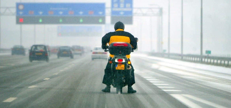 Motorrijder sneeuw ANP