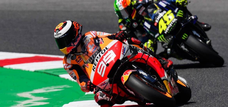 Jorge Lorenzo op de Honda voor de Yamaha van Valentino Rossi. We zagen het zelden dit jaar – dit is slechts een beeld uit FP4 op Mugello - en zullen het nooit meer zien. Foto: ANP