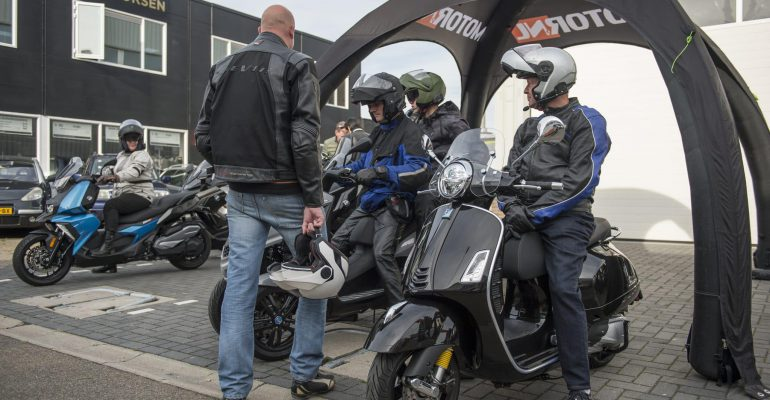 Lezers testen Vespa motorscooters
