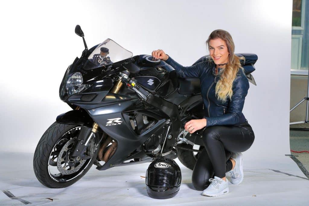 Sharon Ravestein als model op bekend terrein