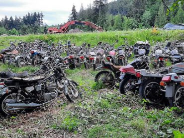 Kerkhof vol klassieke Japanse motoren te koop