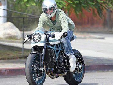 Brad Pitt bezoekt ex Angelina Jolie op motor