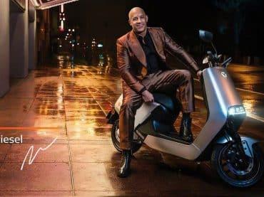Vin Diesel: zingend en op een sneue elektrische scooter
