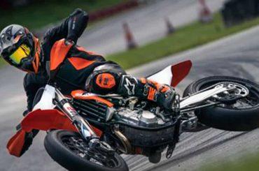 De KTM 450 SMR brult weer over de circuits