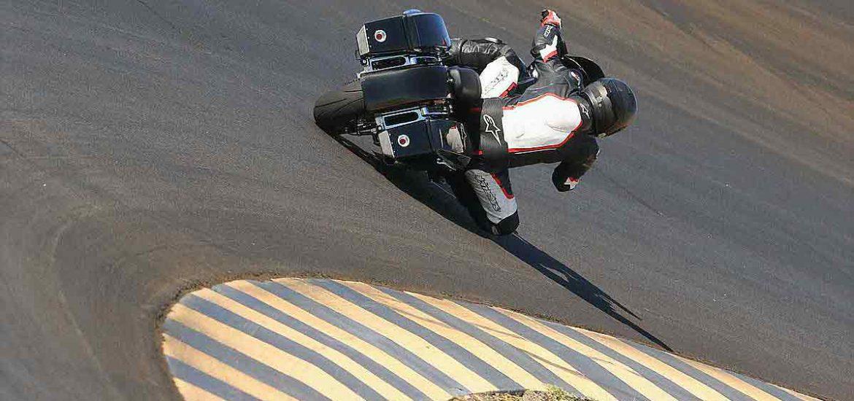 Met een Street Glide racen op Laguna Seca