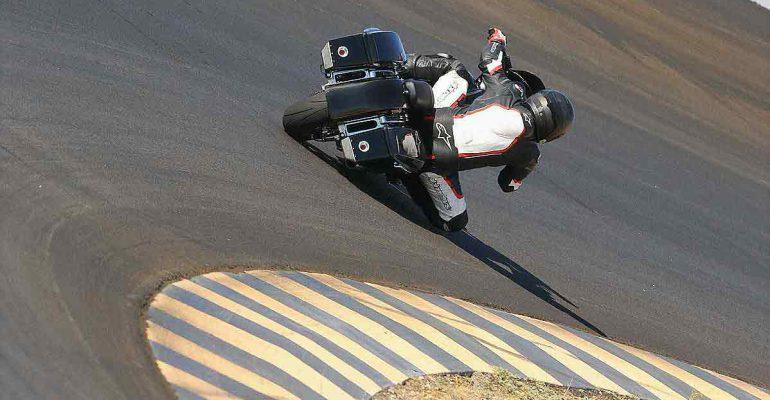 Met een Harley-Davidson Street Glide racen op Laguna Seca