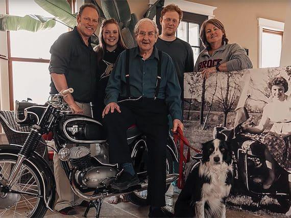 90-jarige Wim na 60 jaar met zijn motorfiets herenigd (video)