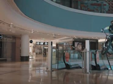 Zondagmorgenfilm: Fred Crosset en Christophe Bruand in een leeg winkelcentrum