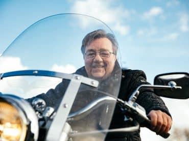 Motorheld Jan Frantsen rijdt motor met z'n grote teen