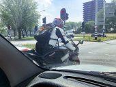 Met de motor doorrijden naar voren bij rood licht, mag dat wel?