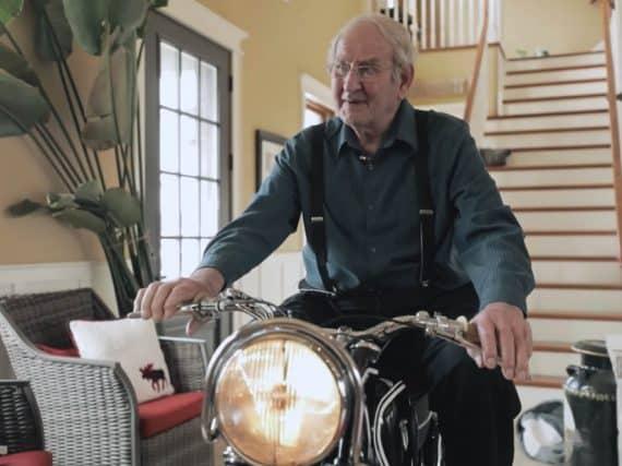 Zondagmorgenfilm: 90-jarige Wim na 60 jaar met zijn motorfiets herenigd